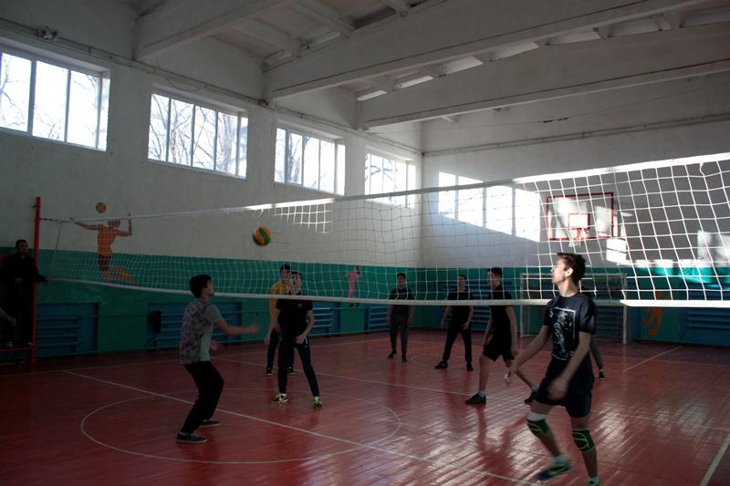 В колледже стартовали соревнования по волейболу