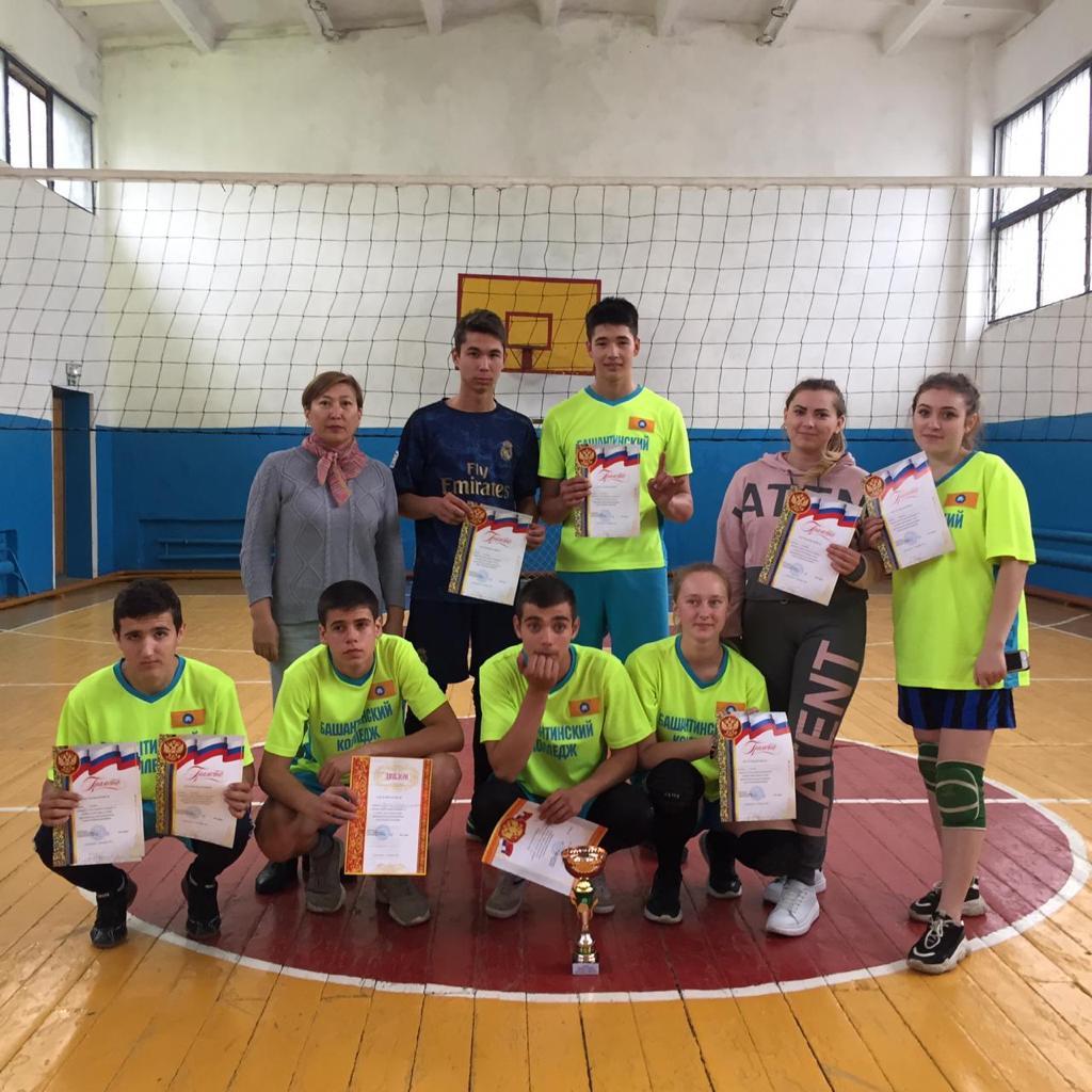 Команда колледжа-победители турнира по волейболу