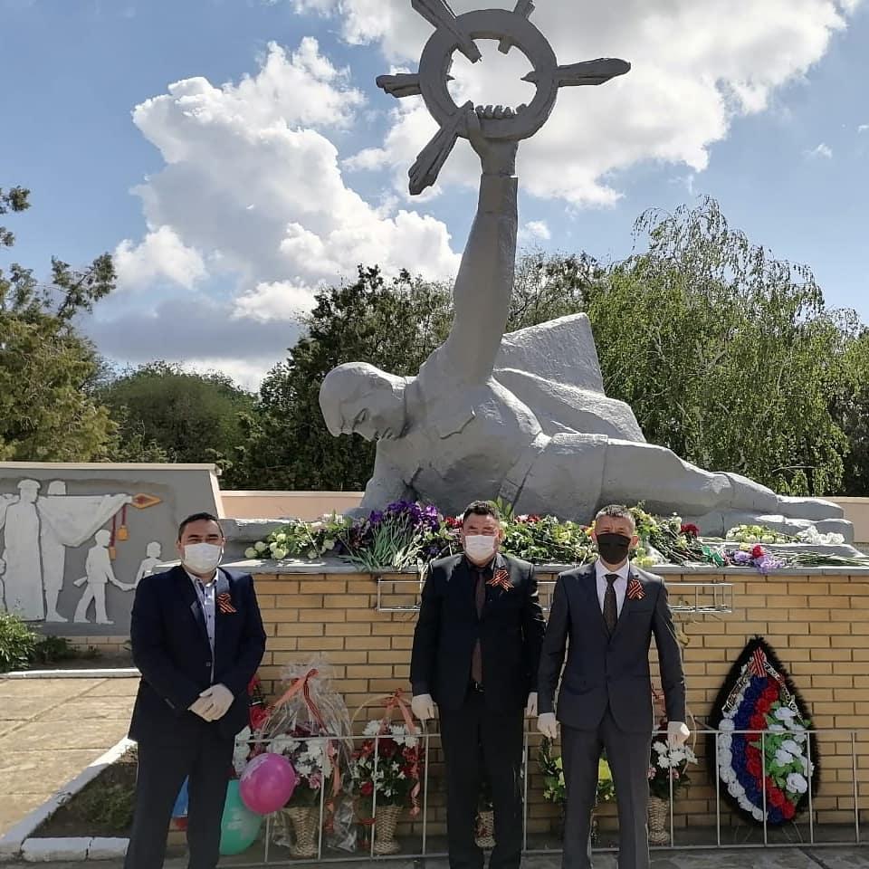 Возложение цветов к Мемориалу «Погибшим воинам ВОВ».